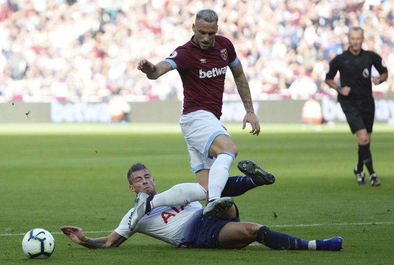 Тоби Алдервейрелд в подкате против Марко Арнаутовича в выездном матче «Тоттенхэма»против «Вест Хэма» (0:1)