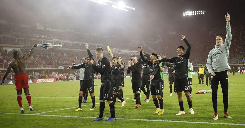 Игроки «ДС Юнайтед» празднуют повышение в турнирной таблице