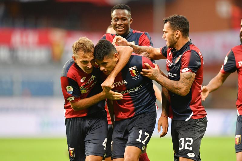 Игроки «Дженоа» радуются голу в домашнем матче против «Удинезе» (2:2)