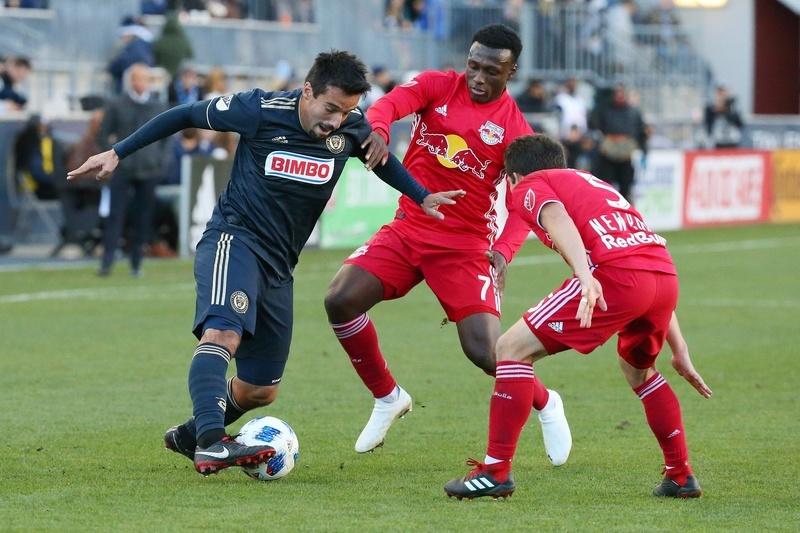 Илсиньо против игроков «Нью-Йорк Ред Буллз» в домашнем матче «Филадельфии Юнион» (0:1)