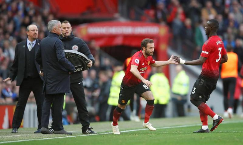 Хуан Мата меняет Эрика Байи в домашнем матче «Манчестера Юнайтед» против «Ньюкасла Юнайтед» (3:2)