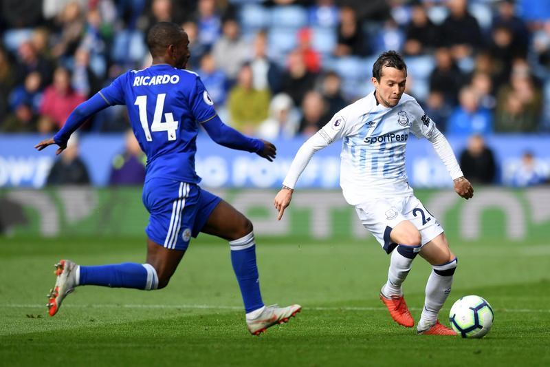 Бернард против Рикарду Перейры в выездном матче «Эвертона» против «Лестера Сити» (1:2)