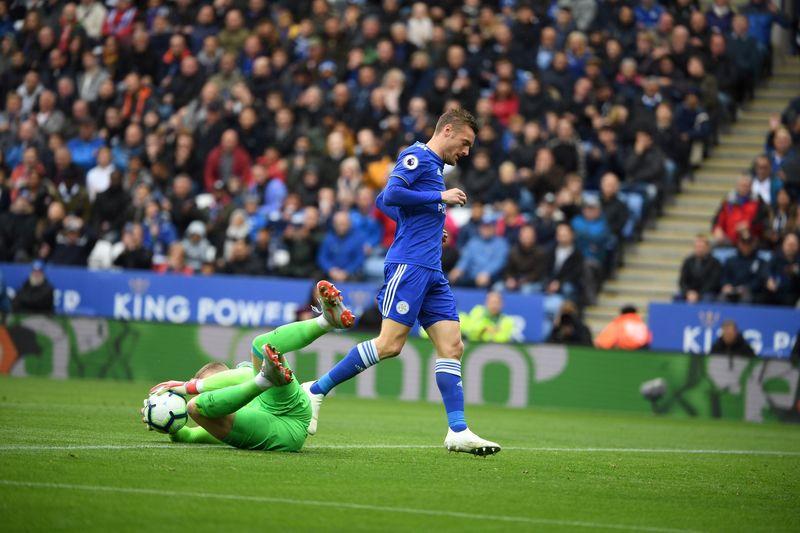 Джордан Пикфорд не даёт Джейми Варди забить гол в выездном матче «Эвертона» против «Лестера Сити» (1:2)