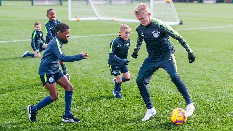 Александр Зинченко и игроки академии «Манчестера Сити» до 8 лет на тренировке перед выездным матчем против «Тоттенхэма»