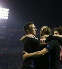 Игроки сборной Хорватии празднуют гол в домашнем матче против Испании (3:2)