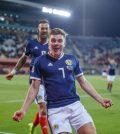 Джеймс Форрест празднует гол в выездном матче сборной Шотландии против Албании (0:4)