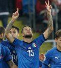 Игроки сборной Италии празднуют победу в выездном матче против Польши (0:1)