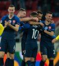 Игроки сборной Словакии празднуют гол в домашнем матче против Украины (4:1)